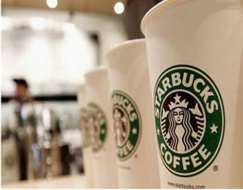 Кофе в фирменных стаканчиках на фотографии