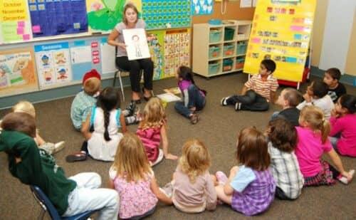 Занятия в частном детском саду показаны на картинке