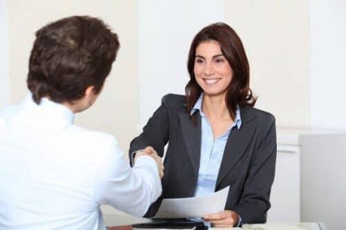 Консультирование клиентов и ведение переговоров являются одними из основных обязанностей менеджера по рекламе