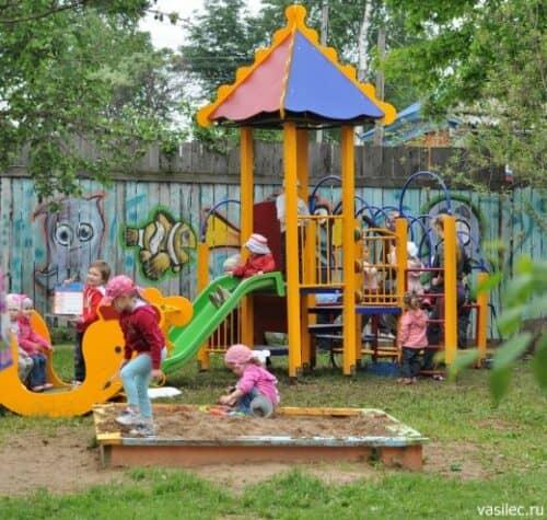 На снимке частная детская площадка для прогулок