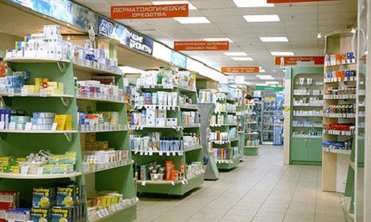 На фото пример расположения ассортимента на стеллажах в аптеке