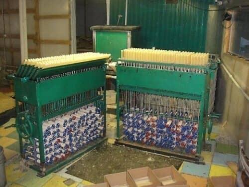 На фото представлен мини-завод по производству свечей
