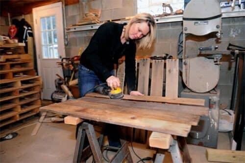 На фото представлен пример организации в гараже производства мебели из паллет