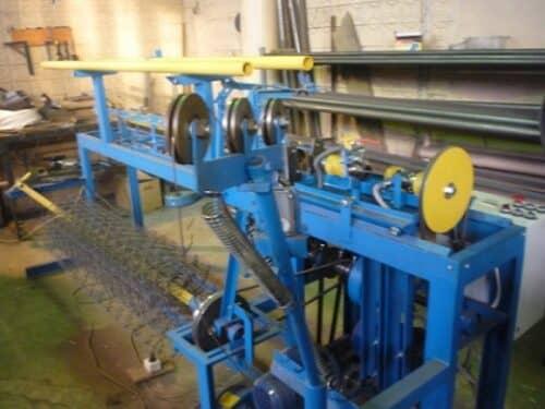 На фото станок по производству сетки рабицы