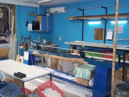 Пример организации производственной мастерской жалюзи в гараже на снимке